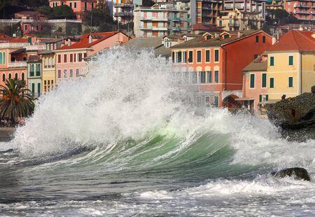 Wave of sea ocean home city splashes tsunami . Фото со стока - 130859815