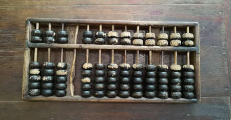 Calculatrice traditionnelle chinoise, vieux boulier sur table en bois - Image Banque d'images