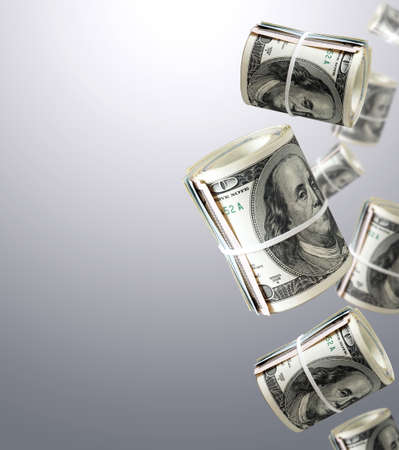 signos de pesos: Rolls de cien billetes de dólar. Dinero de fondo abstracto