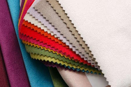 Helle Sammlung von bunten Velours Textilproben. Stoff Textur Hintergrund Standard-Bild - 53895745