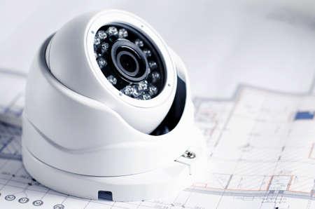équipement de sécurité vidéo et blueprint sur une table. bon pour le projet de sécurité de l & # 39 ; ingénierie ou de la technologie de la technologie