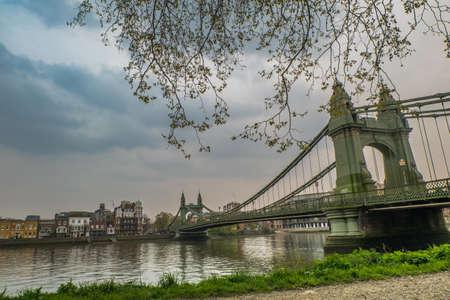 Hammersmith Bridge in West-Londen. De eerste hangbrug over de rivier de Theems van Hammersmith naar Barnes