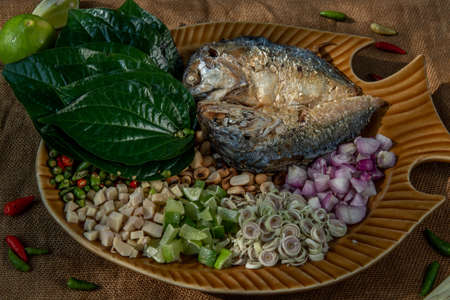 Thai Traditional Food : Fried mackerel served with fresh vegetable and herb, This food is thai food call Meuang Mackerel (Maing-Pla-too) menu. Stok Fotoğraf