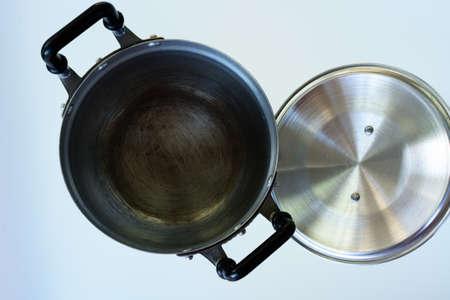 utensilios de cocina: de metal crisol común usado aislado en blanco. utensilios de cocina
