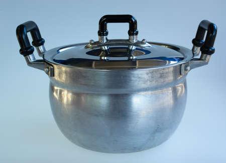 cookware: de metal crisol común usado aislado en blanco. utensilios de cocina
