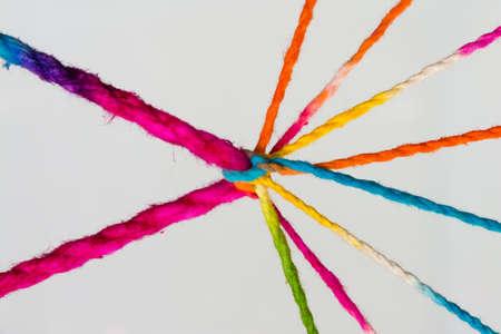 Verbunden Gruppenkonzept so viele verschiedene Seile gebunden und miteinander verbunden sind als unzerbrechlich Kette als Gemeinschaft Vertrauen und Glauben Metapher und Lernen Standard-Bild