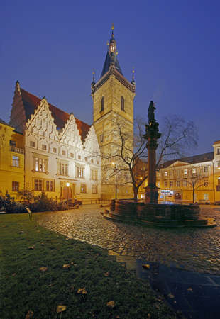 Prague night view to gothic New Town Hall on Charles Square Standard-Bild