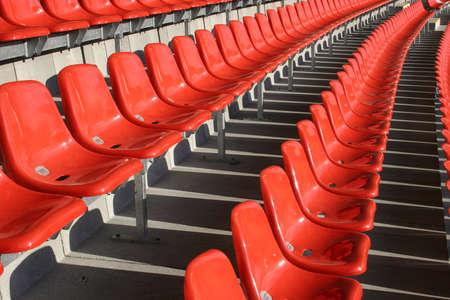 sports venue: Rojo asientos en un lugar sin gente Deportes Foto de archivo