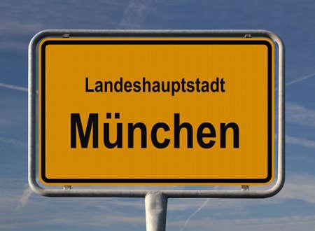 ortseingangsschild: Allgemeine Zeichen der Eintrag der Stadt M�nchen, die Hauptstadt von Bayern in Deutschland, die Stadt des Bieres, das ber�hmte Oktoberfest und die Olympischen Spiele im Jahr 1972