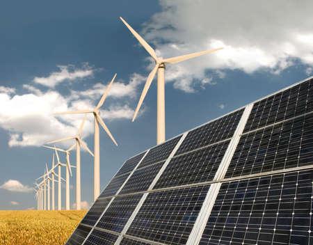 turbina: Paneles solares en frente de las plantas de energ�a de viento y campo de trigo