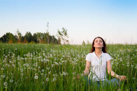 persona respirando: meditación