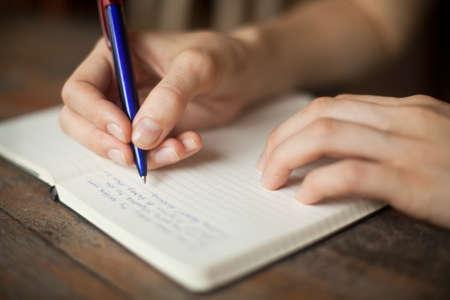 napsat: Abstraktní ruce psaní na papír Reklamní fotografie