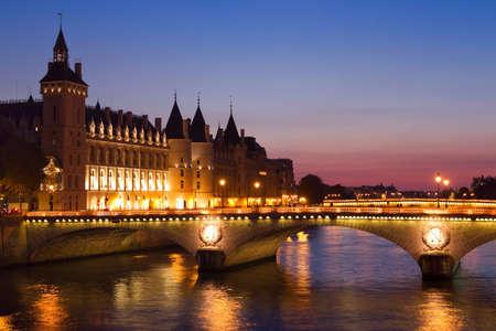 パリのセーヌ川の橋の夜が