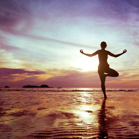 Yoga en la playa Foto de archivo - 20489342