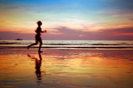 proposito: correr a propósito, silueta de la mujer en la playa