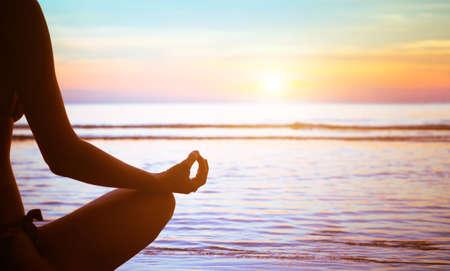 serenidad y practicar yoga al atardecer, la meditación Foto de archivo