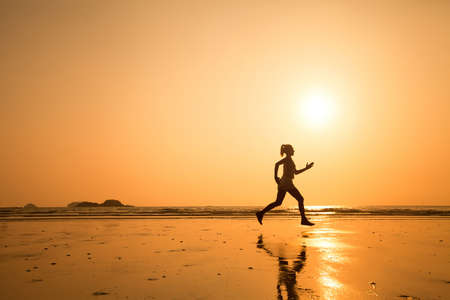 proposito: estilo de vida activo, corre a propósito, silueta de mujer en la playa