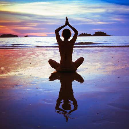 armonia: yoga en la playa, foto abstracta sobre el estilo de vida saludable