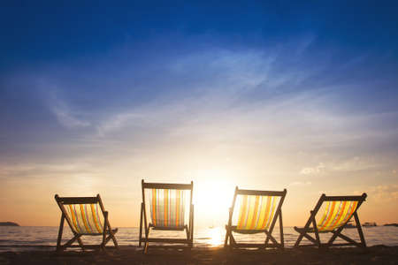 strandstoel: strandstoelen bij zonsondergang, groepsreizen