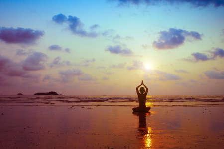 呼吸の練習、ヨガの練習の女性のシルエット