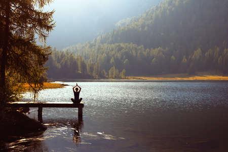 Meditatie en yoga beoefenen bij zonsondergang Stockfoto - 22973159