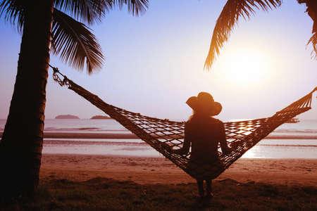 hamaca: relax en hamaca en la puesta del sol en la playa del para�so Foto de archivo