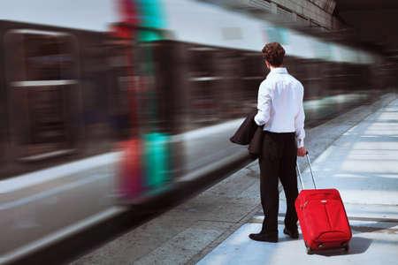 tren: hombre de negocios en la estación de tren Foto de archivo