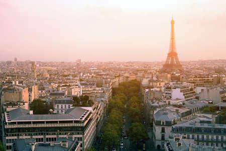prachtige zonsondergang over Parijs, panoramisch uitzicht vanaf Arc de Tmphe