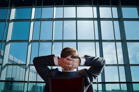 patron: jefe empresario de la empresa relajante y mirando a la ventana