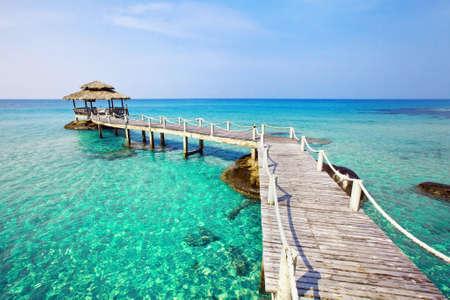 青緑色の透明な水と美しい楽園熱帯のビーチ