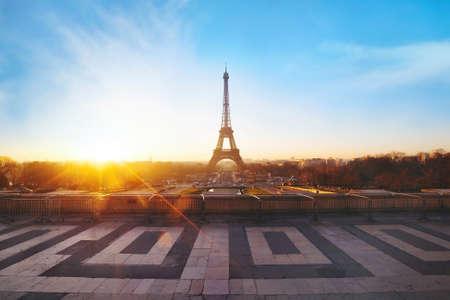 dia y noche: hermosa vista de París al amanecer