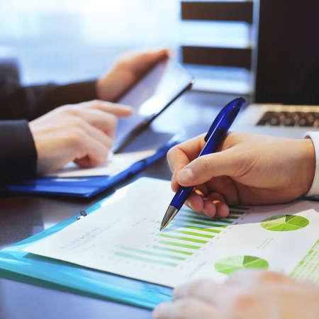 el desarrollo sostenible, el hombre de negocios analiza infografía
