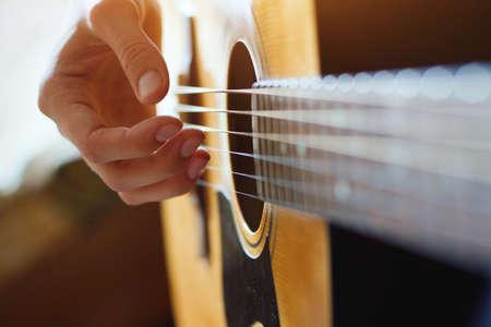 fingers: tocar la guitarra acústica, de cerca de las manos Foto de archivo