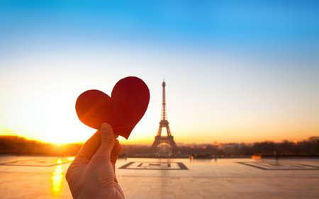 luna de miel: corazón en las manos, vacaciones románticas en París Foto de archivo