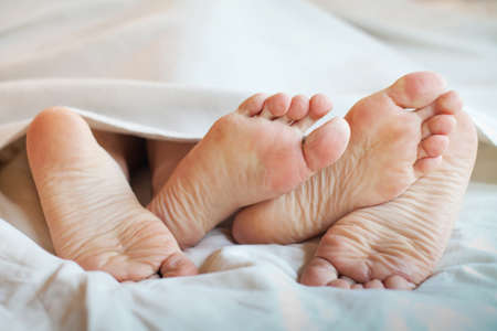 ベッドでカップルのフィート 写真素材 - 53076062