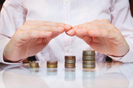 ingresos: la inversión bancaria, ahorrar dinero y concepto de crecimiento