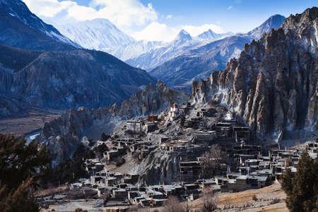 Himalaya gebergte in Nepal, het oog van een klein dorp Braga op Annapurna circuit Stockfoto