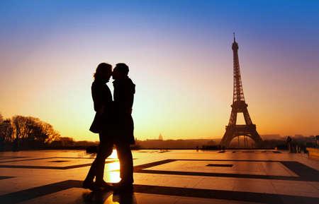 romantik: dröm smekmånad i Paris, romantiska par silhuett Stockfoto