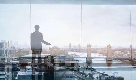negocios internacionales: Vista doble exposición del viajero de negocios abstracta