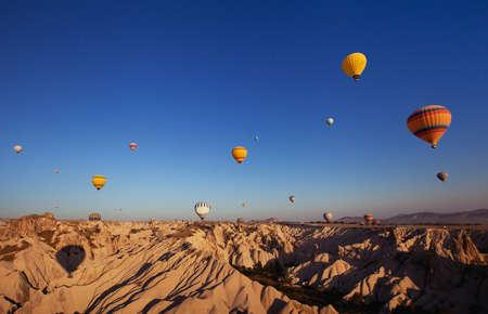 hermoso paisaje con globos de aire caliente y montañas de Capadocia, Turquía Foto de archivo