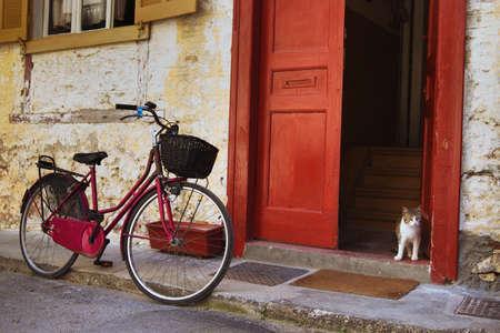 vintage fiets en kat op de straat, Griekenland