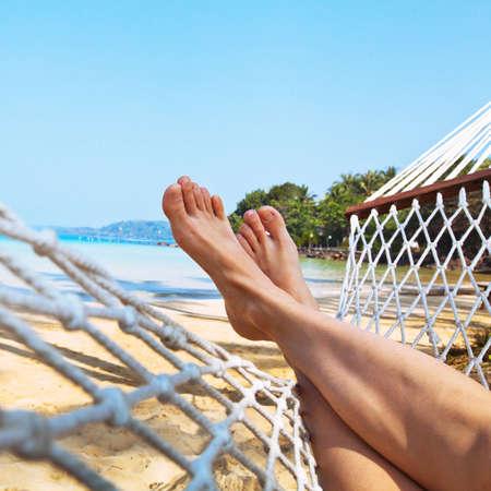 ハンモックでビーチでリラックスします。 写真素材 - 53083426