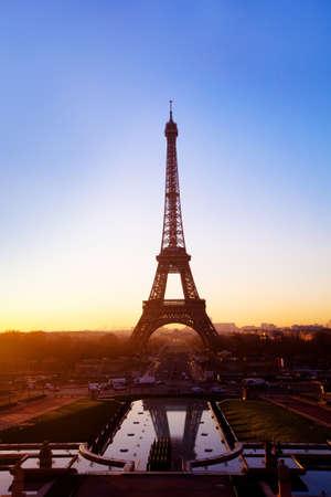 Paris la nuit, vue de la tour Eiffel Banque d'images - 53083549