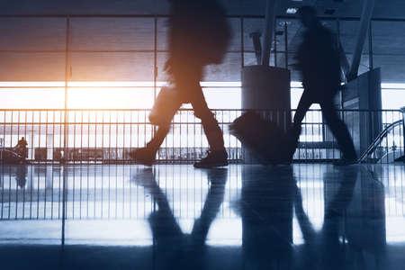 通勤を徒歩に抽象的な空港の背景