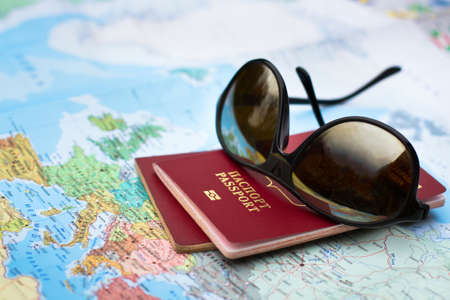 viajes: el concepto de viaje, dos pasaportes en el mapa de Europa Foto de archivo