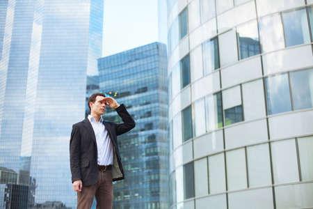 kariera, młody biznesmen, patrząc do przodu Zdjęcie Seryjne