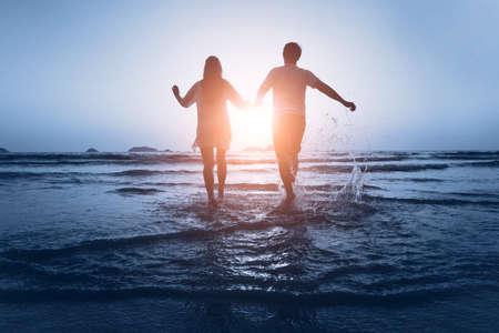 verliefde paar genieten van de zee bij zonsondergang