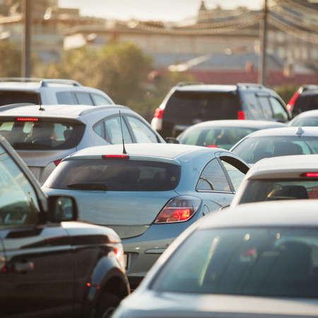 交通: 道路上で車のラッシュアワーの交通渋滞