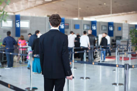 contadores: gente en el aeropuerto, pasajeros esperando en la cola para el registro y entrega de equipaje