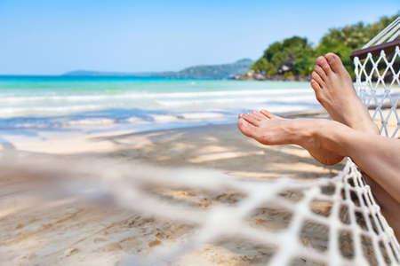 아름다운 파라다이스 해변에서 해먹에서 휴식을 취하십시오.